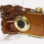 Ten, moim zdaniem, oryginalny aparat powstał we współpracy z Michałem - moim synem. Michał aparat zaprojektował z kawała drewnianego polana wyrzeźbił i wykończył /polerowanie/, ja wykonałem mechanikę i okucia. Jest to otworkowy aparat 6x6 cm.