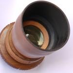 Według mojej wiedzy jest to pierwszy i jedyny taki obiektyw na świecieBursztynowy obiektyw - obudowa drewniana, listki przysłony również drewniane - heban. Układ optyczny - surowy bursztyn bałtycki Parametry obiektywu 1,2/61 mm.