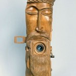 Foto-rzeźba - aparat całkowicie wykonany z drewna - z wyjątkiem szklanego obiektywu. Podczas pracy nad tym aparatem, wpadłem na pomysł by zbudować bursztynowy obiektyw