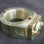 Foto-pierścionek, choć raczej sygnet,wykonałem go z mosiądzu, całość galwanicznie posrebrzona. Aparat robi zdjęcia na spreparowanym filmie o szerokości 8 mm